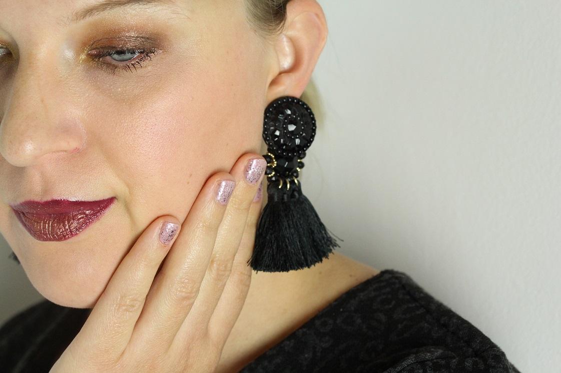 blogparade-glitter-alltagslook-augen-make-up-seitlich-nagellack-glitter-das-leben-ist-schoen