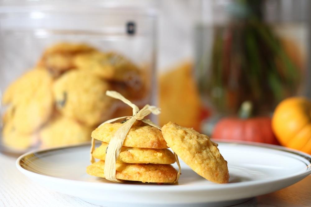 koestliches-mit-kuerbs-Cookies-mit-weisser-Schokolade-kuerbiskerne-seitlich-mary-loves-das-leben-ist-schoen