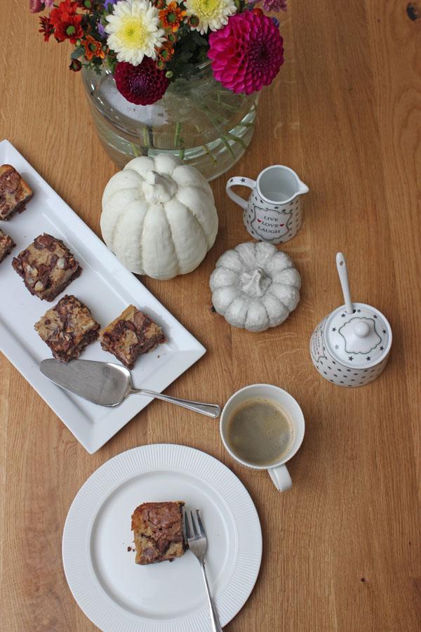 koestliches-mit-kuerbis-Herbst-rezept-kuerbis-haselnuss-brownie-oben-blogzeit-39-das-leben-ist-schoen